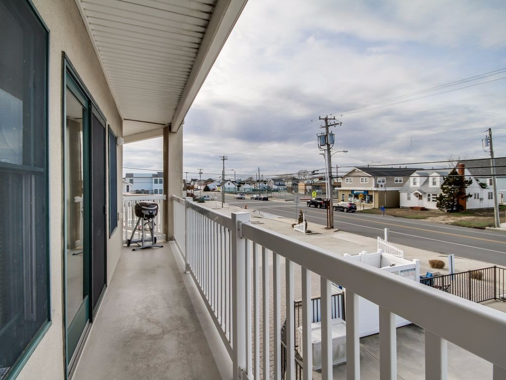 Vrlbi listing 447 luxury condo 1 block from the beach with private swimming pool for Private swimming pools long island