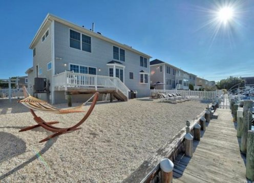 Immaculate Lagoon Front Beach House... Pet Friendly!