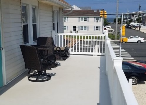 Newly Renovated Top Floor, 2 decks, 3BR, 2Bath, Sleeps 6-8, AC
