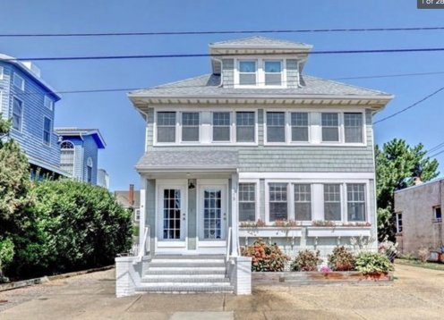 Only 1 week left-BR1BA Victorian in LEHYC Area Steps to beach
