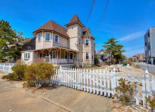 *3rd home to Beach , Victorian ,Heart of B.H Apt 2
