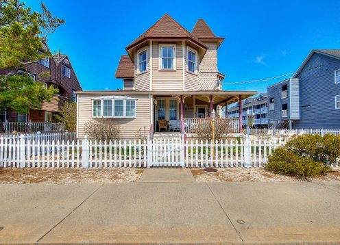 Victorian gem with 2 large bedrooms. Apt #1. Steps to the beach