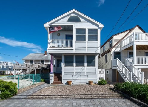 NEAR BEACH!! ENTIRE HOUSE**ROOF DECK**PATIO**5 BEACH BADGES**PARKING!!